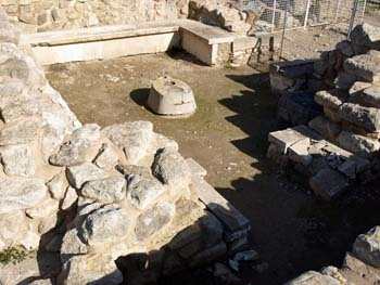 Phaistos: second room with benches