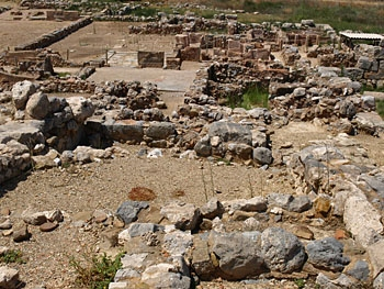Zakros: The Hall of Ceremoies with the town in the foreground